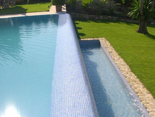 Piscinas infinitas expande visualmente tu piscina for Detalles constructivos de piscinas