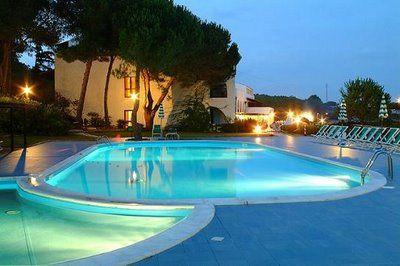 Diversas formas de iluminar nuestra piscina for Formas de piscinas