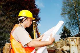 hombre-supervisando-construccion