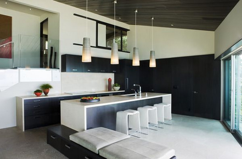 Sleek-kitchen-in-black-and-white-with-lovely-pendant-lighting