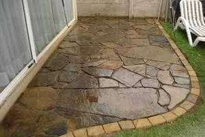 Tipos de pisos de piedra for Piedras para patios exteriores