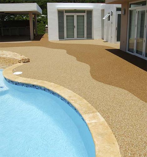 Protegete de las caidas en piscinas con los pisos for Pavimento para piscinas