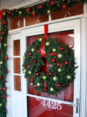 RMS-homerestyle_red-front-door-christmas-decor_s3x4_lg