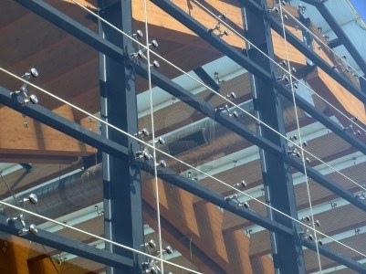 detalle-de-una-moderna-fachada-de-vidrio-estructural