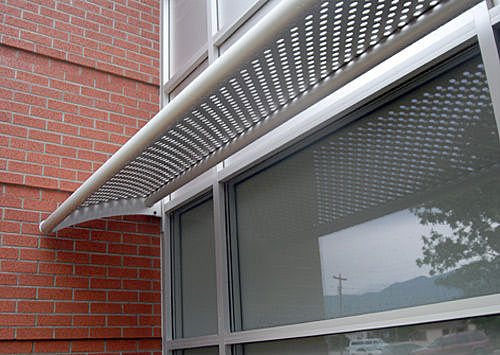 pantalla-solar-en-metal-perforado