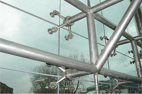 Fachadas de vidrio flotante con ara as arquigrafico - Paredes de vidrio exterior ...