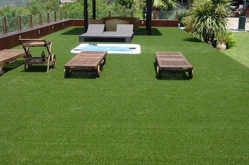 terraza-madera-cesped-artificial