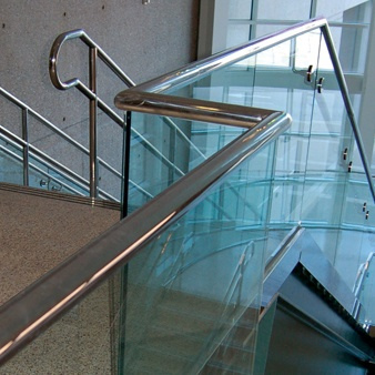 barandilla de cristal con pasamanos
